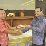 Nuruddin Zanki menyerahkan potongan tumpeng kepada Dekan FE-UM